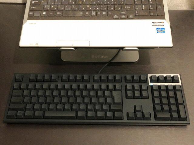 BoYata『ノートパソコンスタンド』手前にrealforceキーボード