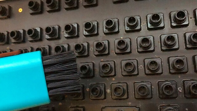キーボード内部の汚れをミニブラシで落とす
